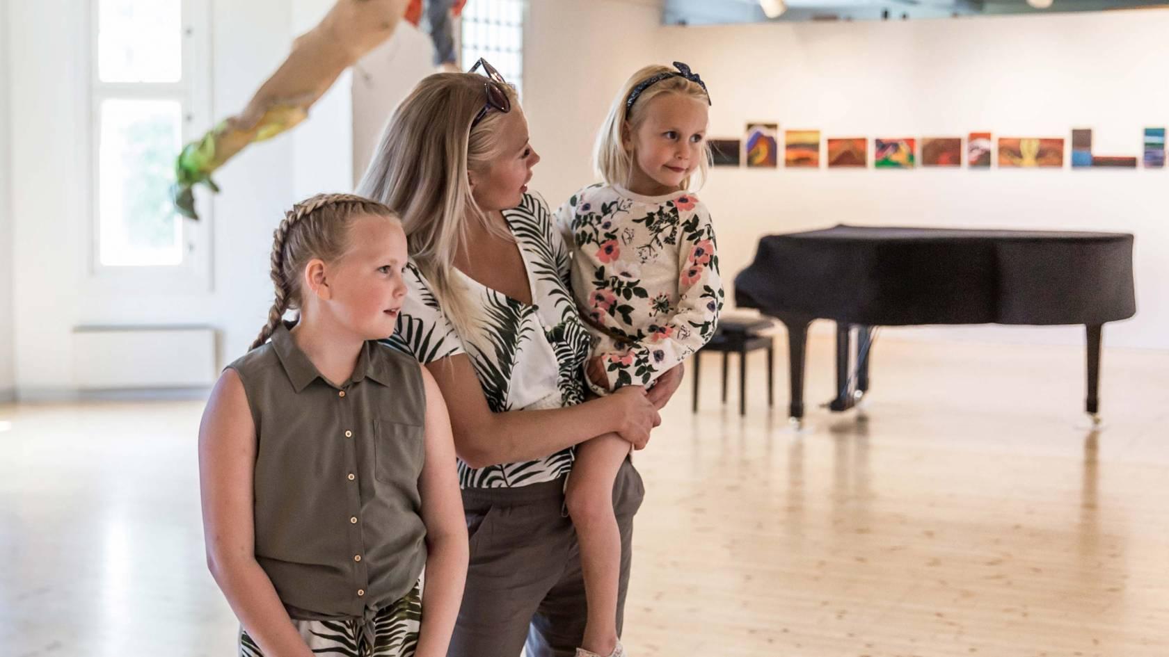 äiti ja tyttäret voipaalan taidekeskuksessa näyttelytilassa