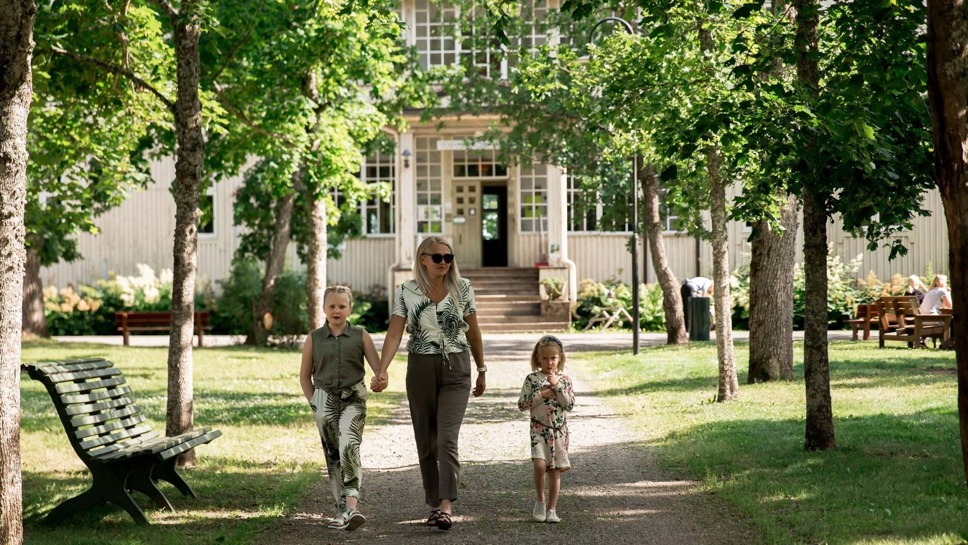 äiti ja lapset kävelevät voipaalan taidekeskuksen päärakennuksen edessä