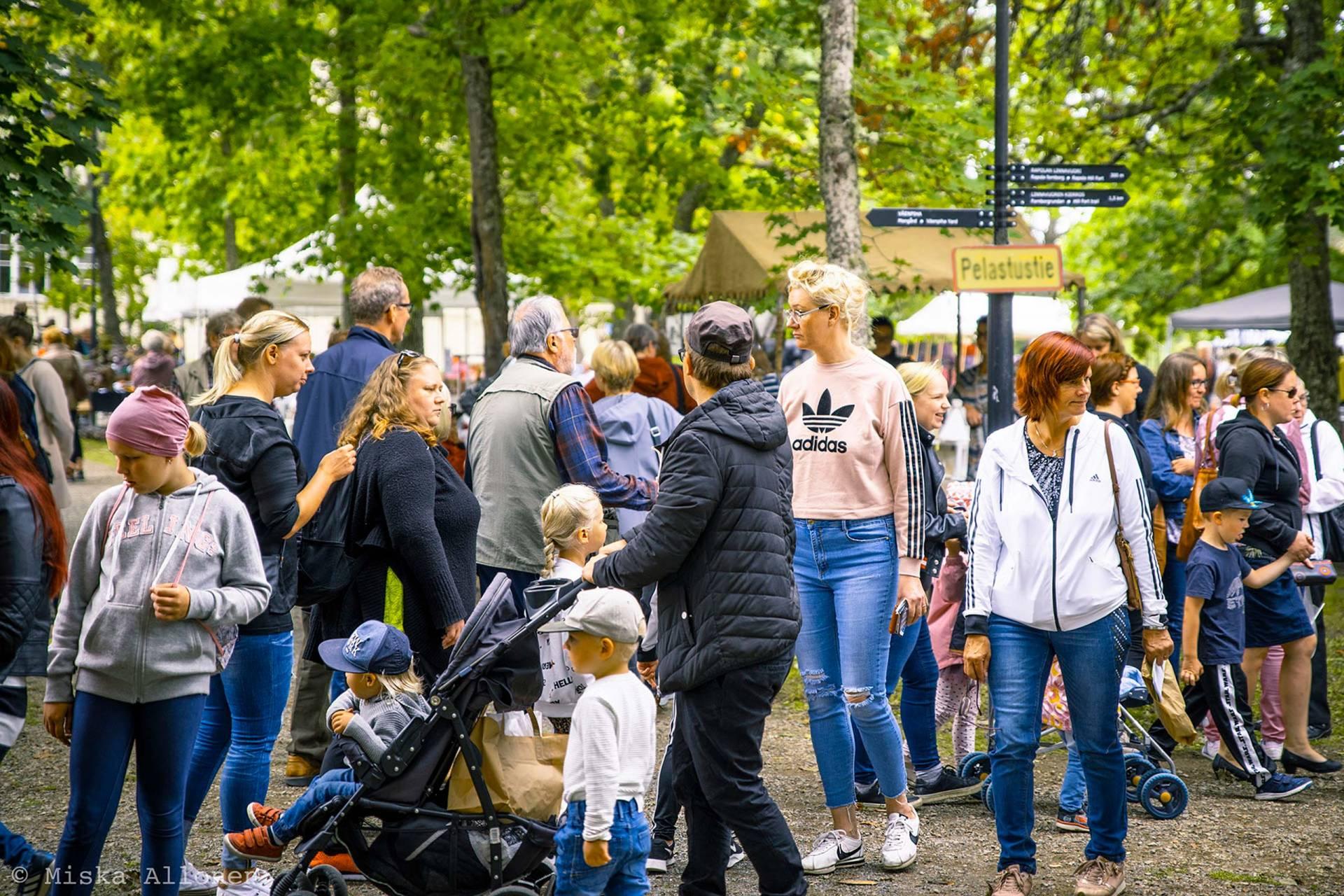 ihmisjoukko Voipaalan piha-alueella markkinoilla