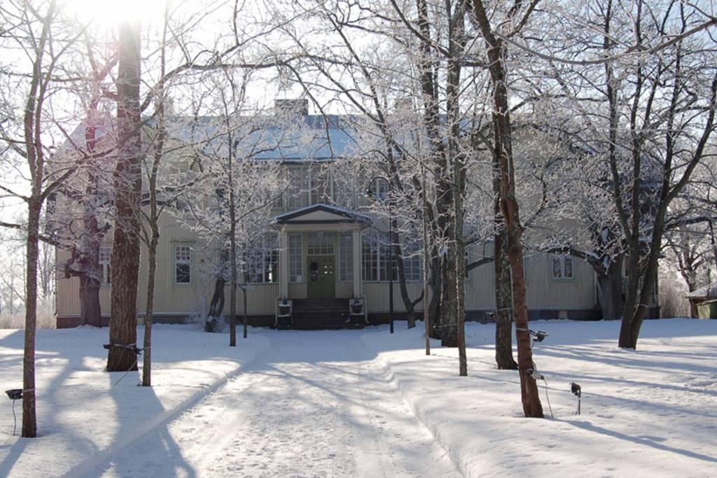 Voipaalan päärakennus talvella aurinkoisena päivänä