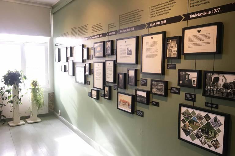 Voipaalan taidekeskuksen historiahuoneen aikajana seinällä