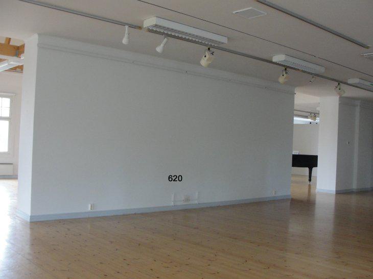 Voipaalan taidekeskuksen näyttelytila. 2.krs seinä 6,2 m.