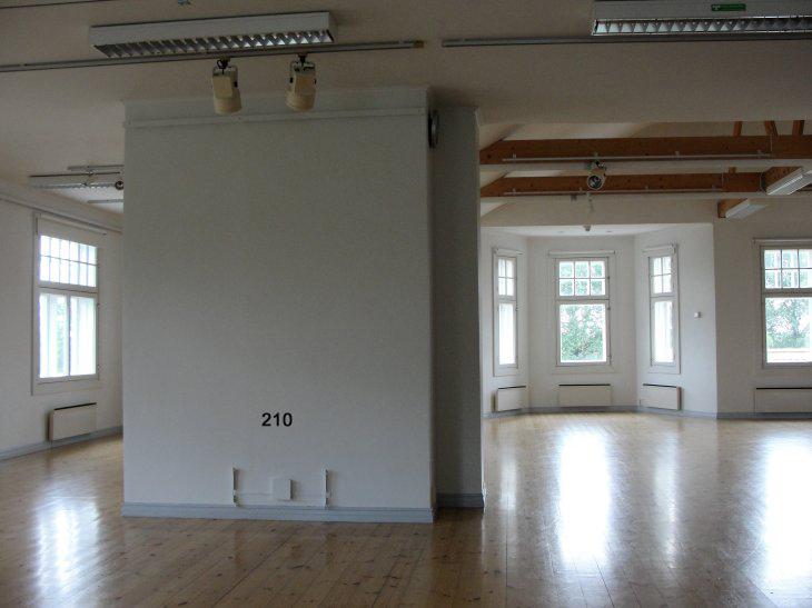 Voipaalan taidekeskuksen näyttelytila. 2.krs näkymä portaista: seinä 2,1 m.