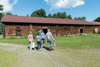 Perhe kävelemässä Voipaalan väenpihalla