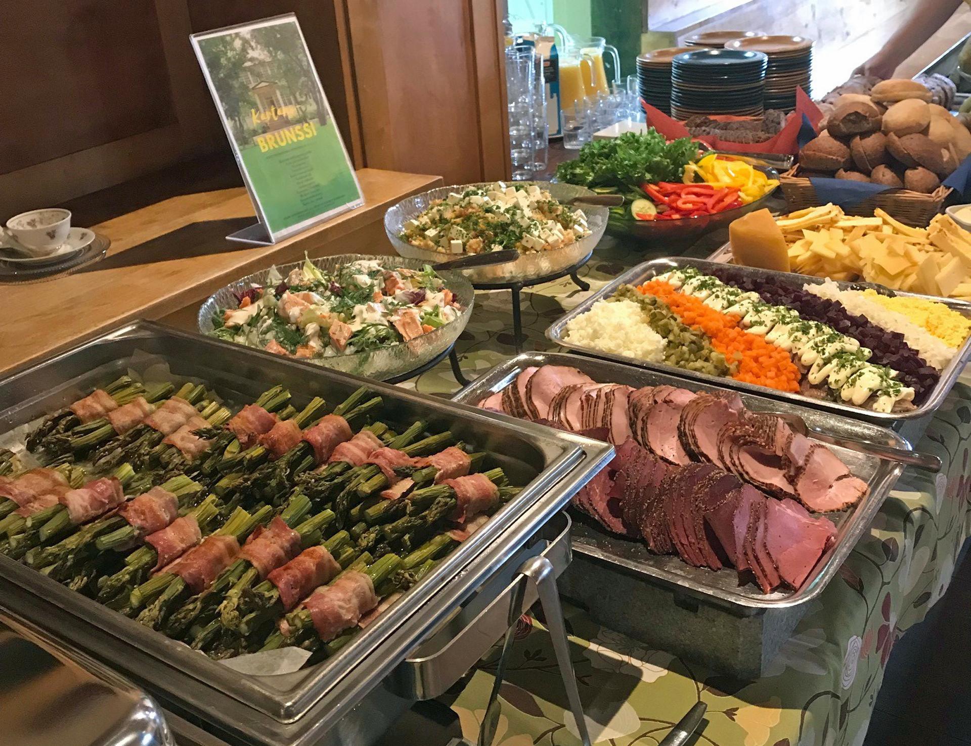 brunssitarjoilussa kauden kasviksia, paikallisia juustoja ja lihaleikkeitä, salaatteja, sämpylöitä