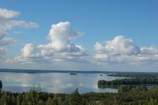 pilviä taivallaa, järvi