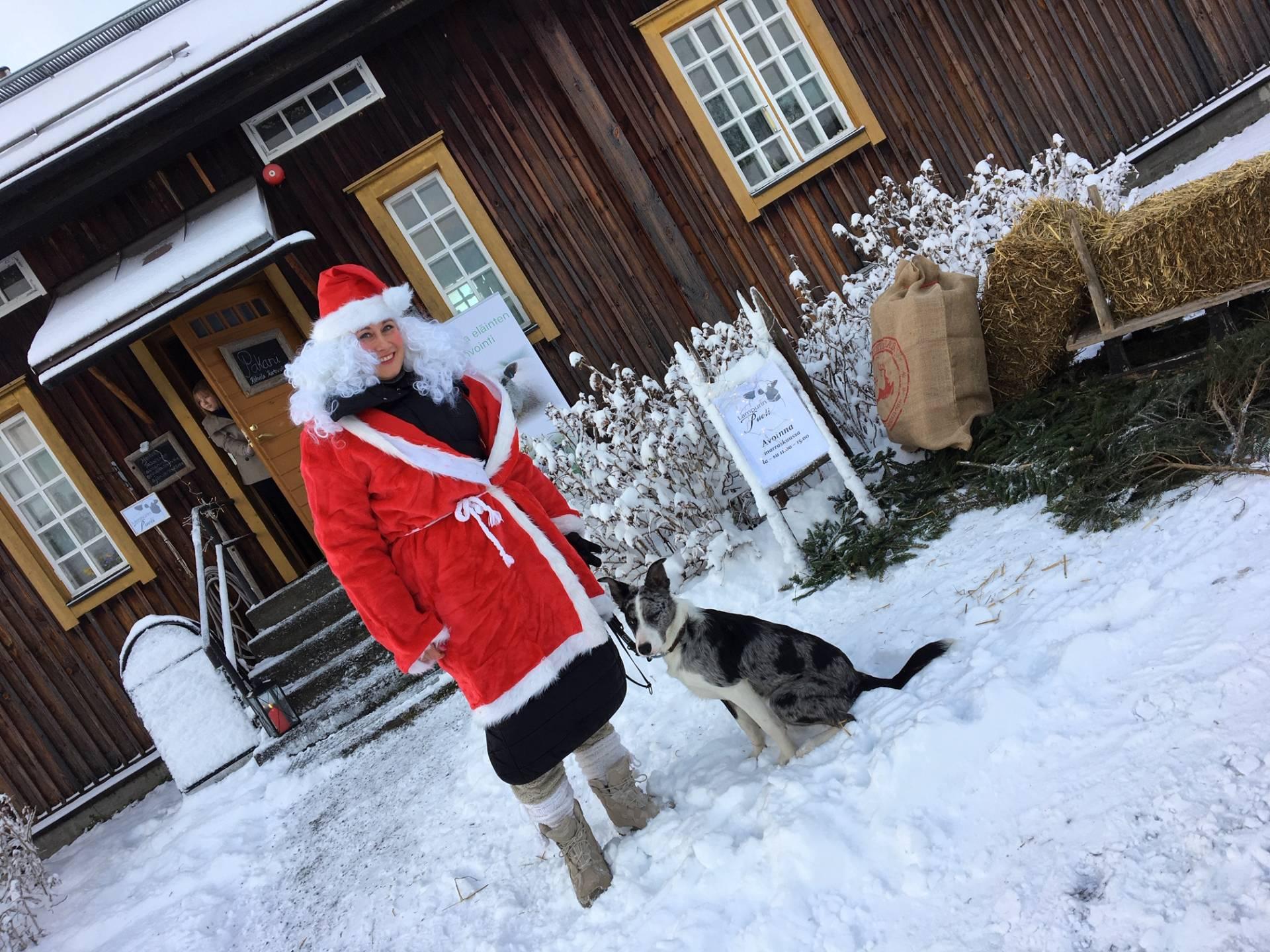 talvella Pakarin edessä pukinmuori ja koira