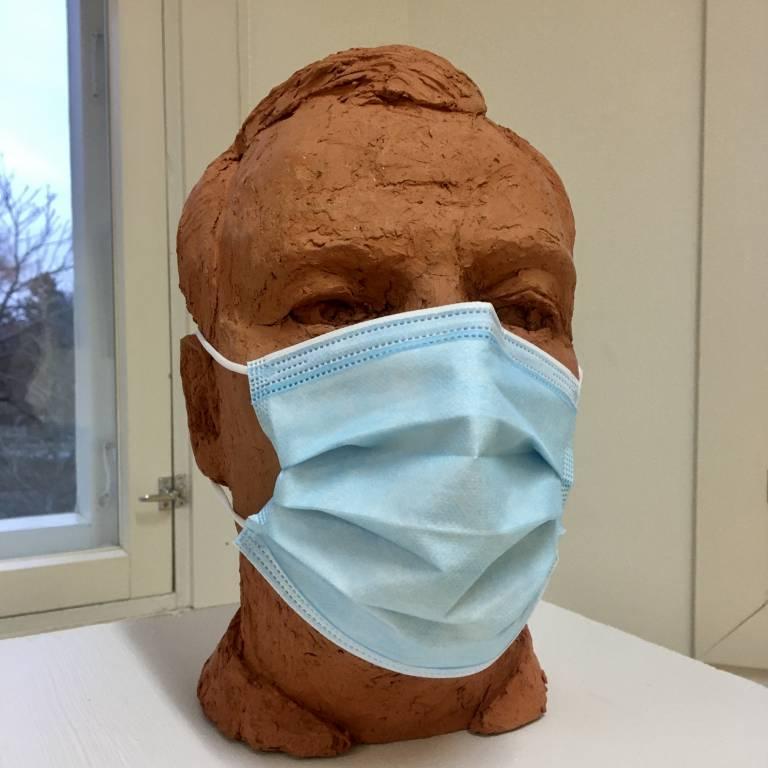 keraaminen pää, jolla maski